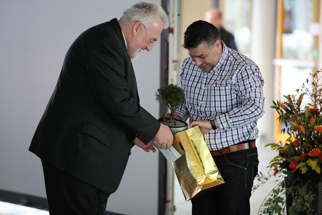 Überreichung eines symbolischen Gutscheins über eine echte Winderlinde bei der offiziellen Verabschiedung von Herrn Georg Gebhard - Überreicht vom 2. ElternbeiratsvorsitzenHerrn Navid Erami